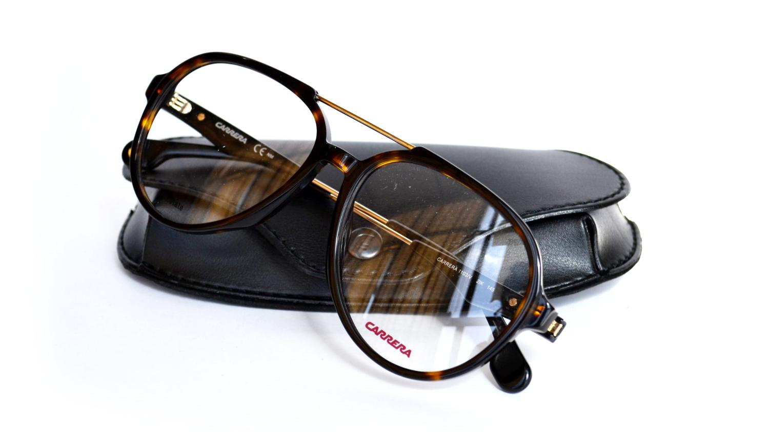 8adcf0b22 Se seu pai é moderno e adora as novidades da moda, comprar um óculos  estiloso vai ser um presente garantido de agradar! Marcas como Ray-Ban  sempre oferecem ...