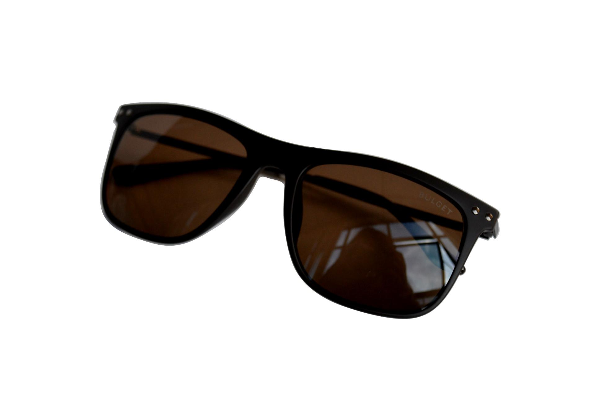 Se seu pai é moderno e adora as novidades da moda, comprar um óculos  estiloso vai ser um presente garantido de agradar! Marcas como Ray-Ban  sempre oferecem ... 0bfc4d45b5