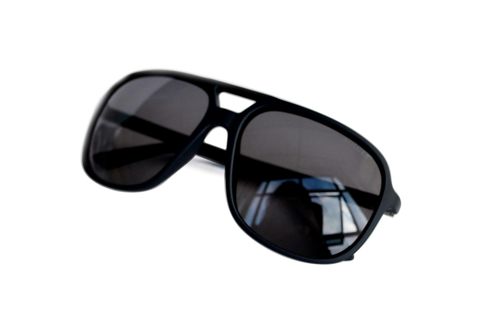 Se ele curte uma praia e tem um estilo focado no conforto os óculos  esportivos são perfeitos! Eles são, geralmente, pensados para oferecerem o  máximo de ... 158642e033
